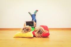 Chłopiec i dziewczyna patrzeje dotyka ochraniacza, domowy uczenie Obrazy Stock