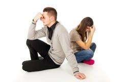 Chłopiec i dziewczyna siedzimy smutnego Zdjęcia Stock