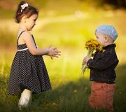 Chłopiec i dziewczyna w lata polu Zdjęcie Stock