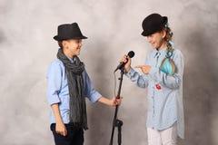 Chłopiec i dziewczyna z mikrofonem obrazy royalty free