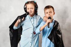 Chłopiec i dziewczyna z mikrofonem Zdjęcie Stock