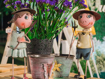 Chłopiec i dziewczyny famer kwiat na stole i lala Zdjęcie Stock