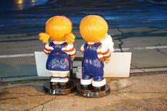Chłopiec i dziewczyny maskotki plecy Zdjęcia Stock