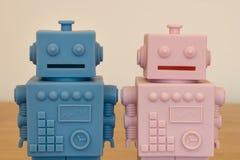 Ch?opiec i dziewczyny robot - dzieciaki bawj? si? biggy banka zdjęcie stock