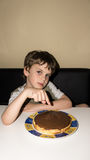 Chłopiec i handmade tort, osoba znak Zdjęcia Royalty Free