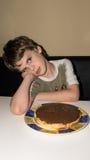 Chłopiec i handmade tort, pasztetowa osoba Zdjęcie Royalty Free