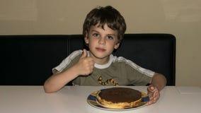 Chłopiec i handmade tort, pasztetowa osoba Fotografia Royalty Free