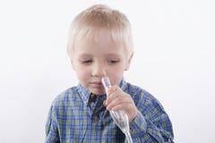 Chłopiec i nosowy aspirator zdjęcie royalty free