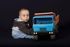 Chłopiec i stary samochód Fotografia Royalty Free