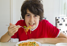 Chłopiec Je spaghetti Obraz Royalty Free
