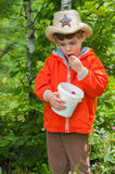 Chłopiec je truskawki Zdjęcie Stock