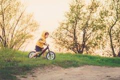 Chłopiec jedzie balansowego rower w wsi Zdjęcia Stock