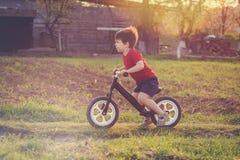 Chłopiec jedzie balansowego rower w wsi Fotografia Stock