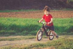 Chłopiec jedzie balansowego rower w wsi Fotografia Royalty Free