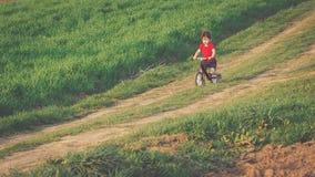 Chłopiec jedzie balansowego rower w wsi Zdjęcie Royalty Free