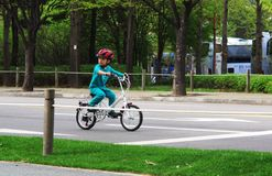 Chłopiec jedzie jego samochód Zdjęcie Royalty Free