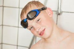Chłopiec jest ubranym gogle w prysznic Fotografia Royalty Free