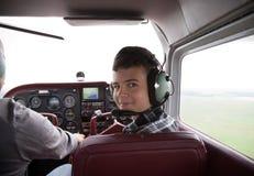chłopiec kabinowy fliyng samolot Obrazy Royalty Free