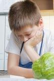 chłopiec kuchni czytanie Obraz Stock