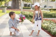 chłopiec kwitnie dziewczyny daje Zdjęcie Royalty Free