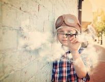 Chłopiec latania zabawki Pilotowy samolot Outside Obrazy Stock