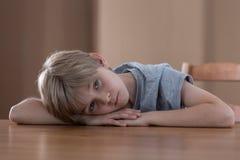 Chłopiec lying on the beach na stole Zdjęcie Stock