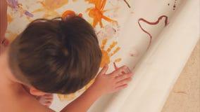 Chłopiec maluje z ich palmami na papierze Zdjęcie Stock