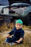 Chłopiec mechanik naprawia samochód zdjęcie royalty free