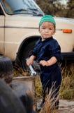 Chłopiec mechanik naprawia samochód fotografia stock