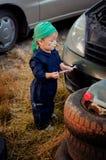 Chłopiec mechanik naprawia samochód obrazy royalty free