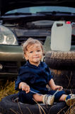 Chłopiec mechanik naprawia samochód zdjęcia stock