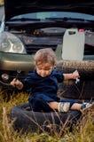 Chłopiec mechanik naprawia samochód zdjęcia royalty free