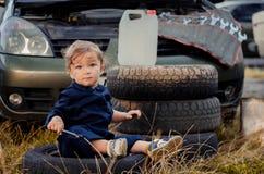 Chłopiec mechanik naprawia samochód zdjęcie stock