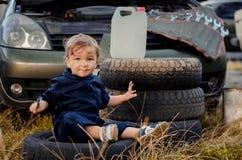 Chłopiec mechanik naprawia samochód obrazy stock