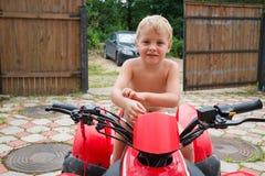 Chłopiec na kwadrata roweru stojakach Obraz Royalty Free