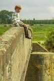 Chłopiec na moscie Zdjęcia Royalty Free