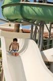 Chłopiec na obruszeniu przy waterpark Obrazy Royalty Free