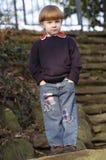 Chłopiec na schodkach Zdjęcia Royalty Free