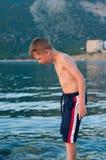 Chłopiec na tle morze i góry Obraz Stock
