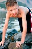 Chłopiec na tle morze i góry Zdjęcia Stock