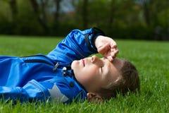 Chłopiec na trawie obraz stock