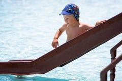 Chłopiec na waterslide zdjęcie royalty free
