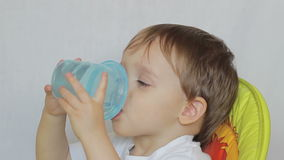 Chłopiec napojów woda od butelki zbiory