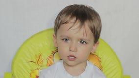 Chłopiec napojów woda od butelki zbiory wideo