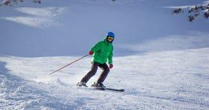Chłopiec narciarstwo w górach Zdjęcie Royalty Free