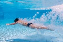Ch?opiec nur w p?ywackim basenie zdjęcie royalty free