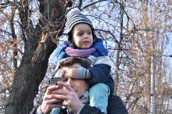 Chłopiec obsiadanie na ojców ramionach Zdjęcie Royalty Free