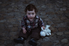 Chłopiec obsiadanie na ulicznym MR Makushin Petr 2011,05,01-15 Obrazy Stock