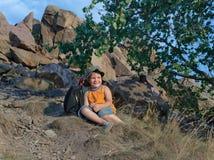 Chłopiec odpoczywa na górze w lecie Obraz Royalty Free