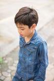 Chłopiec odprowadzenie na ulicznej cajgowej modzie Fotografia Royalty Free